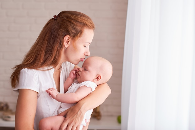 Lactancia materna. mamá alimenta al niño. con espacio de texto libre copia espacio