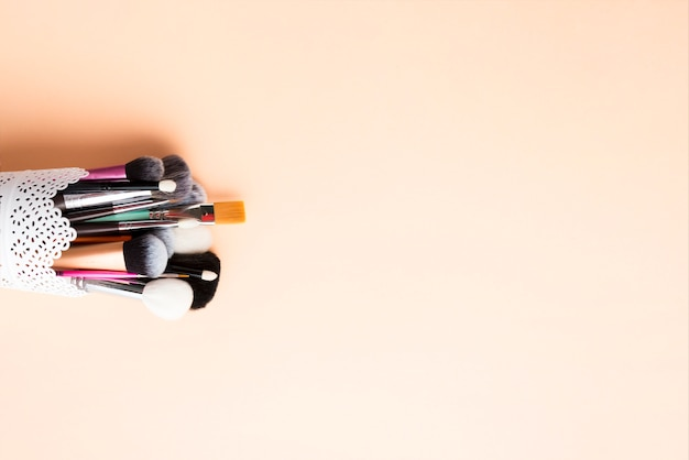 Lacy cup con pinceles de maquillaje