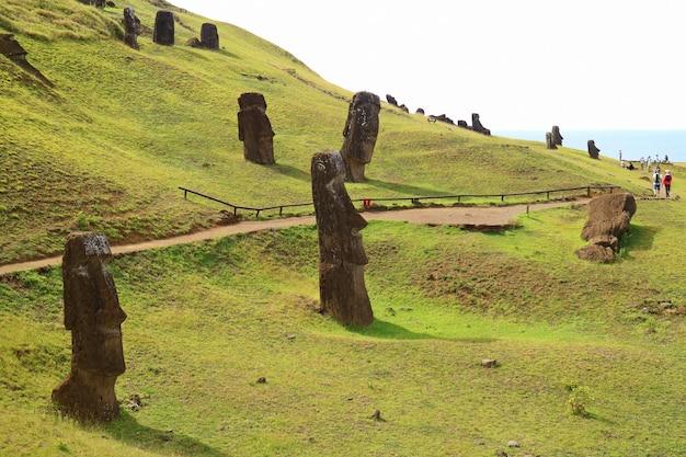 La ladera llena de estatuas de moai gigantes abandonadas del volcán rano raraku, isla de pascua, chile