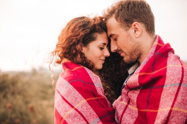 De lado feliz pareja teniendo un momento de ternura.