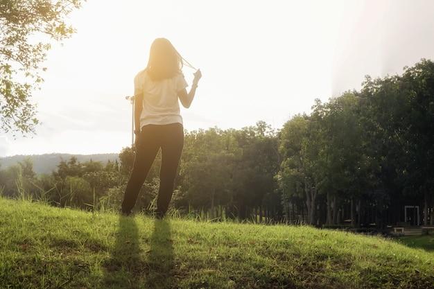 Lado femenino apuntando luz de relajación dramática