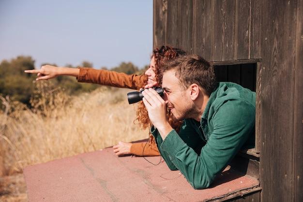 De lado a la observación de aves pareja
