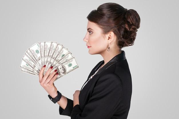 Lado de perfil empresaria sosteniendo muchos efectivo