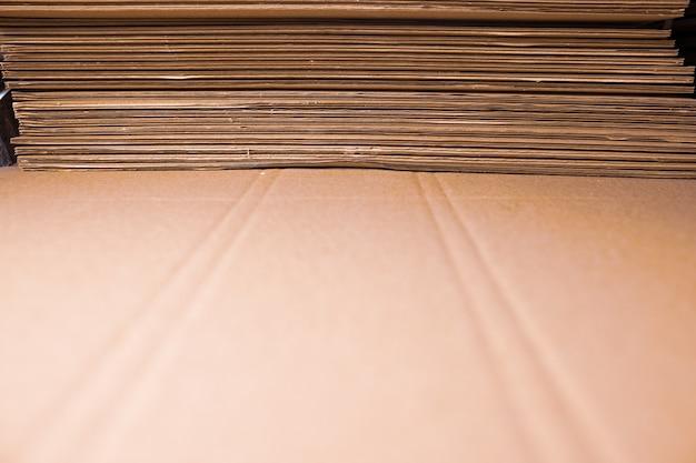 Lados de primer plano de pilas de cartón dobladas