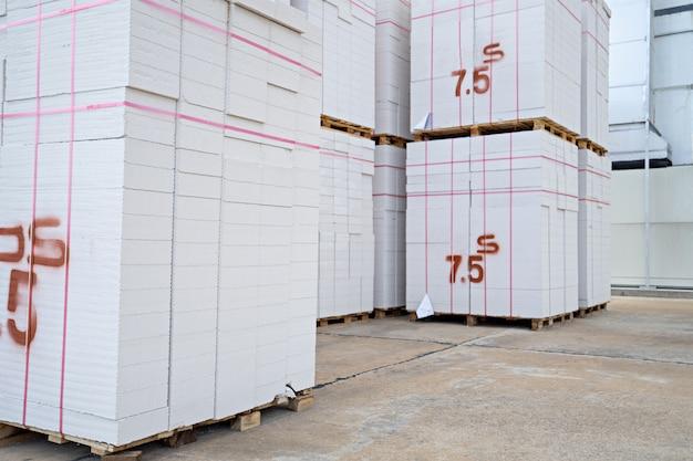 Ladrillos de bloques de hormigón colocados sobre paletas de madera en el almacén.