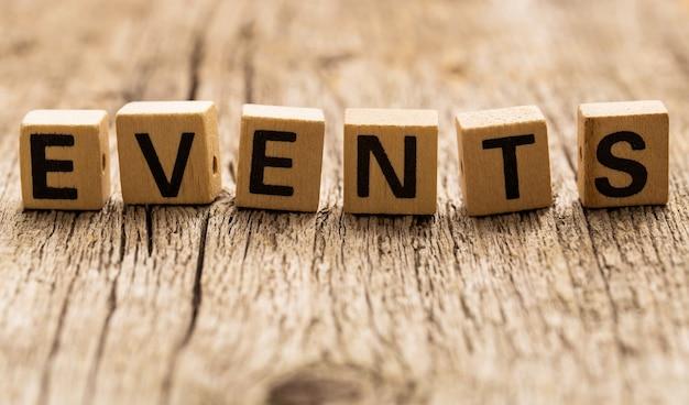 Ladrillos de juguete sobre la mesa con la palabra eventos
