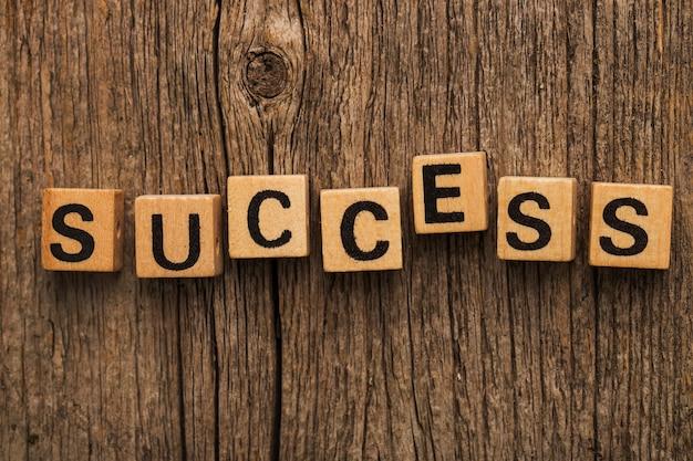 Ladrillos de juguete sobre la mesa con la palabra éxito