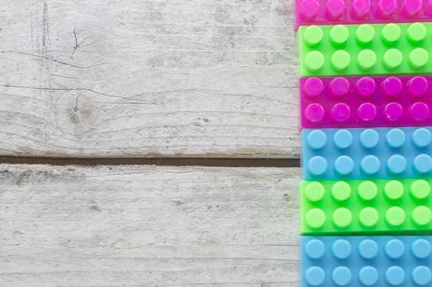 Ladrillos de juguete sobre superficie de madera