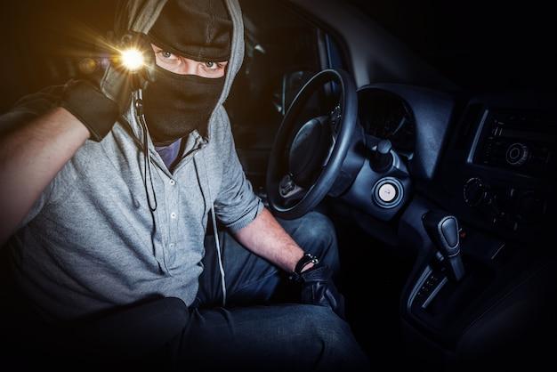 Ladrón del coche con flashllght