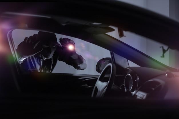 Ladrón de coches con linterna