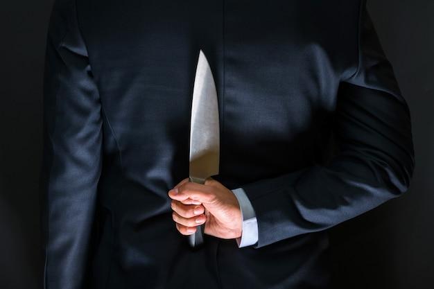 Ladrón con cuchillo grande: un asesino con un cuchillo afilado a punto de cometer un homicidio.