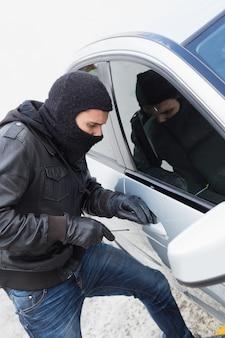 Ladrón entrando en un auto