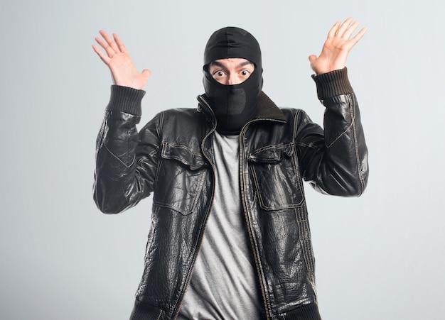 Ladrón haciendo gesto de sorpresa