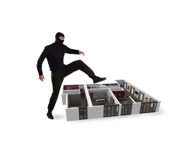 Ladrón con pasamontañas está listo para robar un apartamento