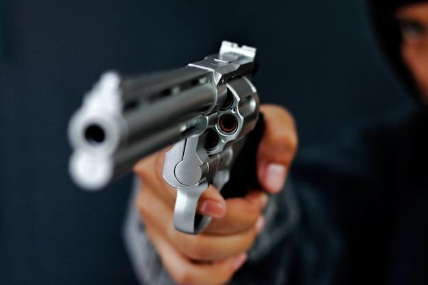 El ladrón usó el arma para robar el dinero.