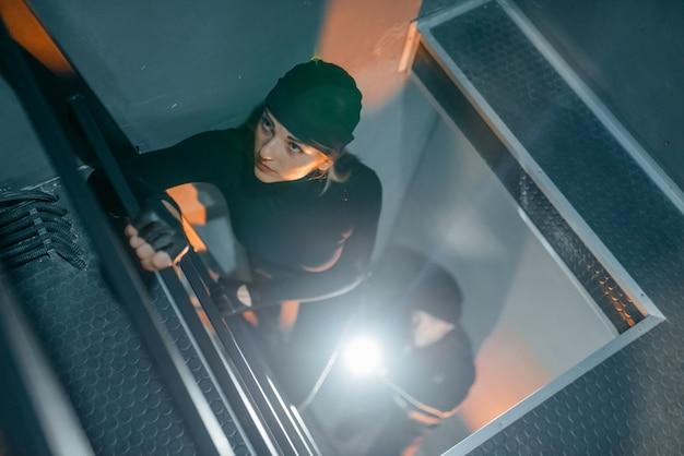 Ladrones uniformados entran en la bóveda.