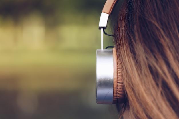 Lady auriculares y turismo