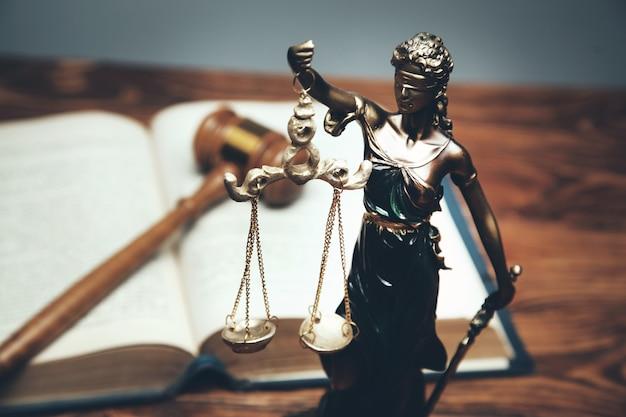 Lady justice, concepto de biblioteca jurídica