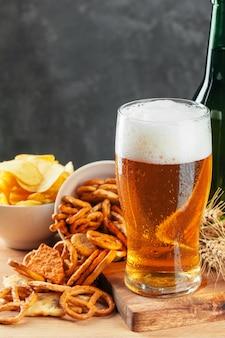 Lager cerveza y aperitivos en mesa de piedra. galleta, vista lateral de chips