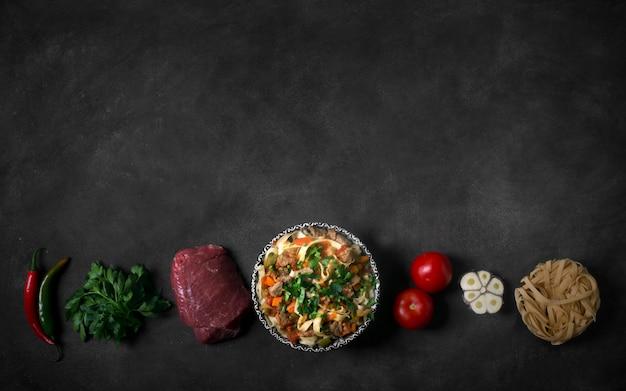 Lagman de fideos asiáticos tradicionales con verduras y carne. orientación horizontal