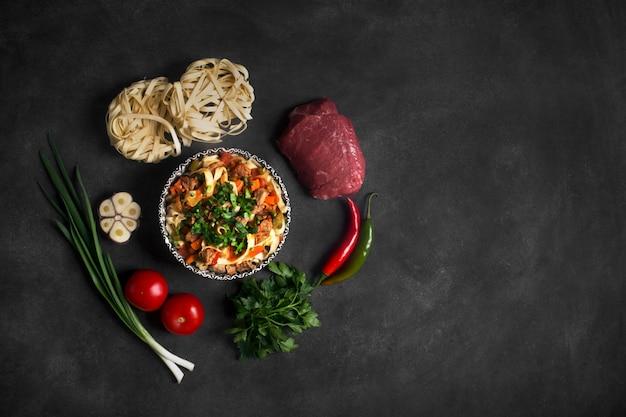 Lagman de fideos asiáticos tradicionales con verduras y carne