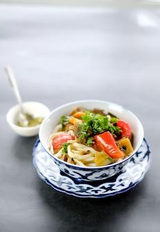 Lagman plato asiático sabroso nacional en un plato sobre la mesa