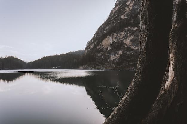 Lago al lado del acantilado durante el día