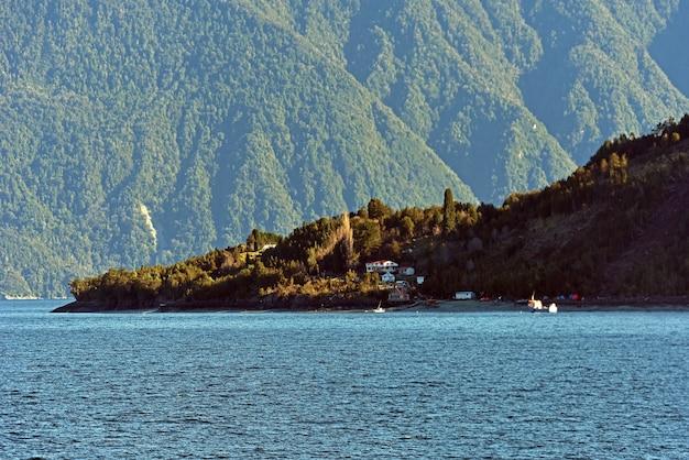Lago azul claro rodeado de densos bosques verdes