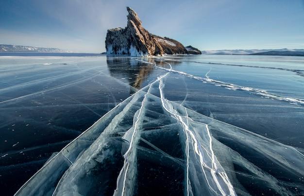 Lago baikal día de invierno escarchado.