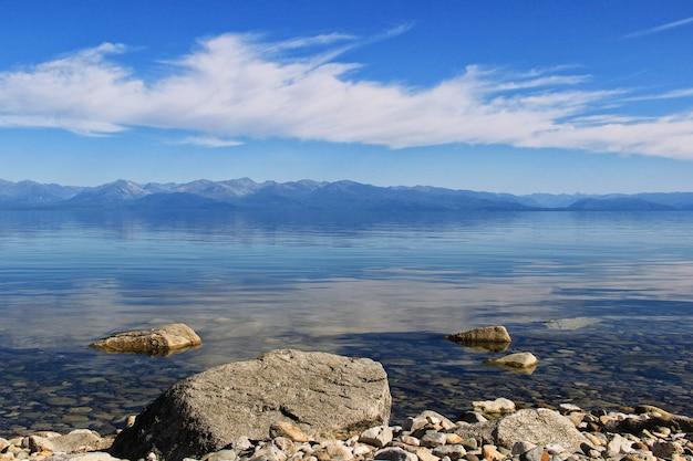 Lago baikal y montañas