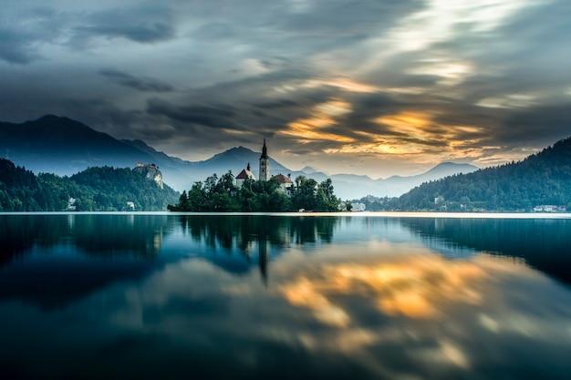 Lago bled en eslovenia durante el amanecer