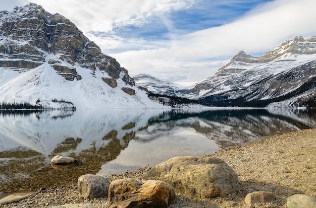 Lago bow con la reflexión de la montaña rocosa en el parque nacional banff, alberta, canadá