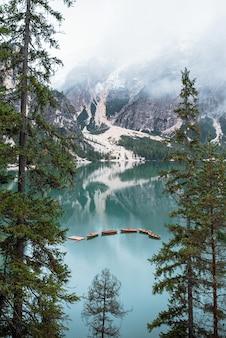 Lago braies y barcos en montaña en dolomitas