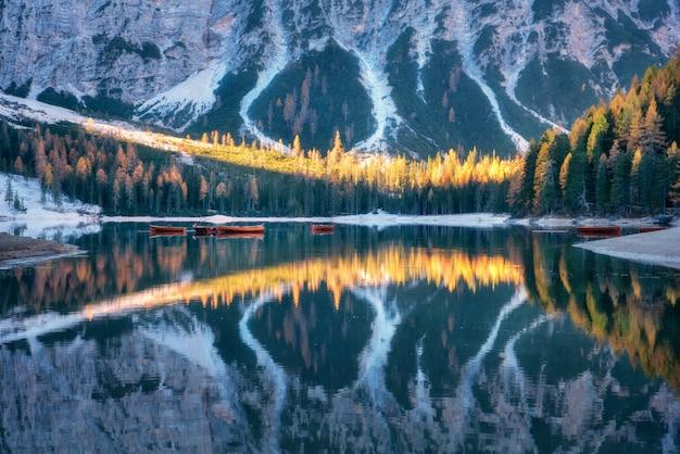 Lago braies con hermoso reflejo en el agua al amanecer en otoño