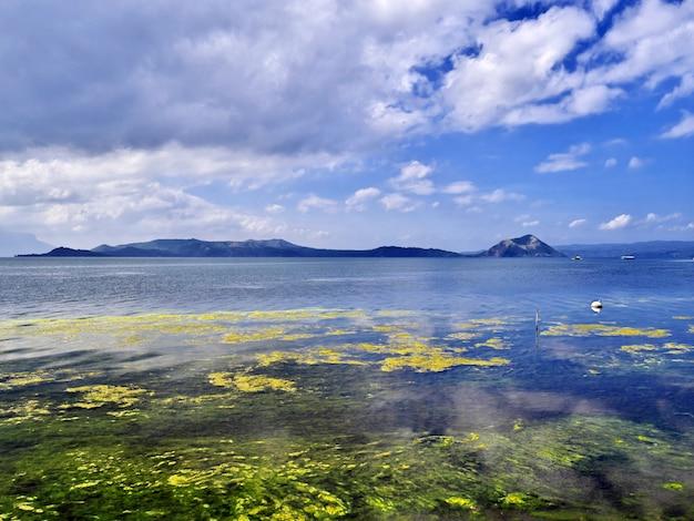 El lago cerca del volcán taal, filipinas
