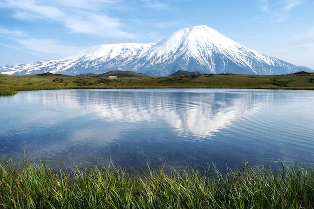 Lago cerca del volcán tolbachik, kamchatka, rusia