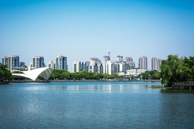 Lago con ciudad