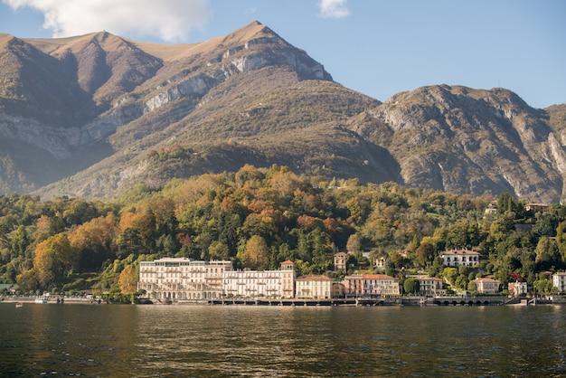 Lago de como, italia. vista panorámica de las casas de la costa.