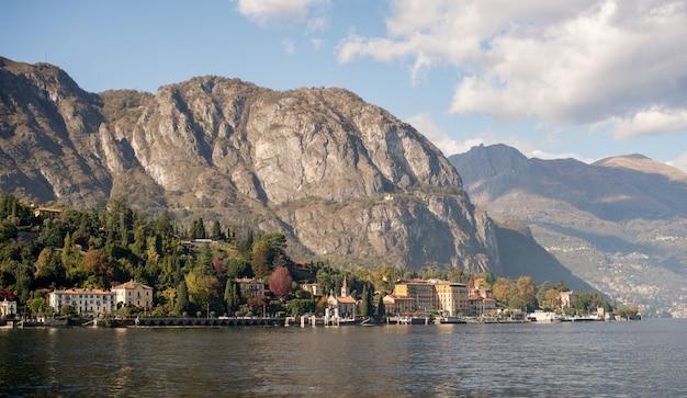 Lago de como, italia. vista panorámica de la costa con casas.