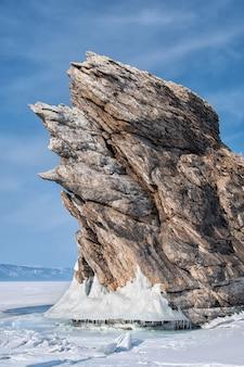Lago congelado y rocas cerca de la cueva de hielo