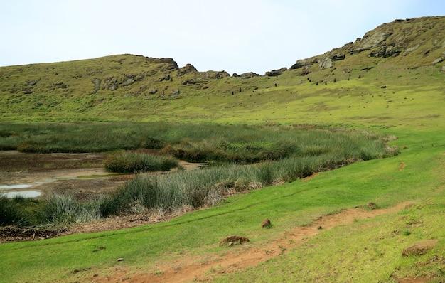 El lago del cráter con muchas estatuas abandonadas de moai, volcán rano raraku, isla de pascua, chile