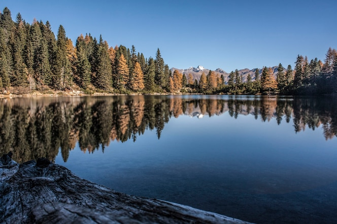 Lago de otoño en las montañas