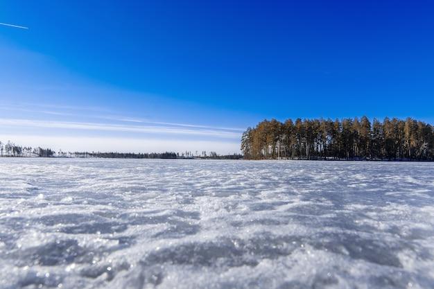 El lago es día de invierno cubierto de hielo.