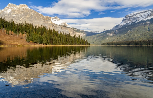 Lago esmeralda con reflejo de montaña rocosa en el parque nacional yoho