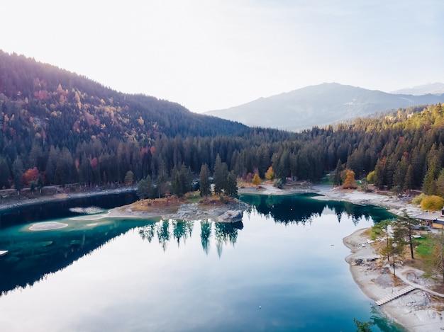 Lago flims en suiza, montañas alpinas, tierras soleadas de verano
