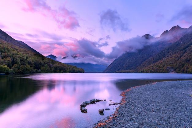 Lago gunn al amanecer, fiordland, nueva zelanda