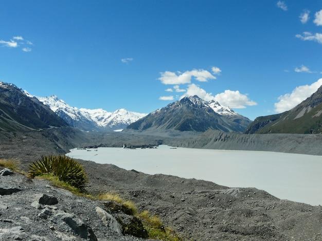 Lago helado cerca de montañas volcánicas