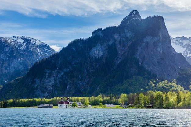 Lago koningsee y la iglesia de san bartolomé, alemania