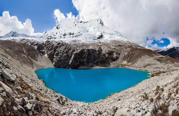 Lago laguna 69 y montaña chakrarahu