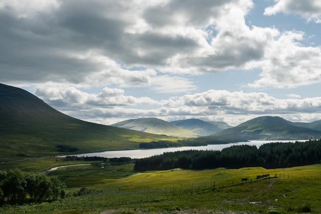 Lago loch tulla rodeado de montañas y prados en el reino unido